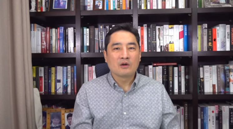 유튜브 채널 '가로세로연구소' 생방송 중인 강용석 변호사/사진='가로세로연구소' 캡처