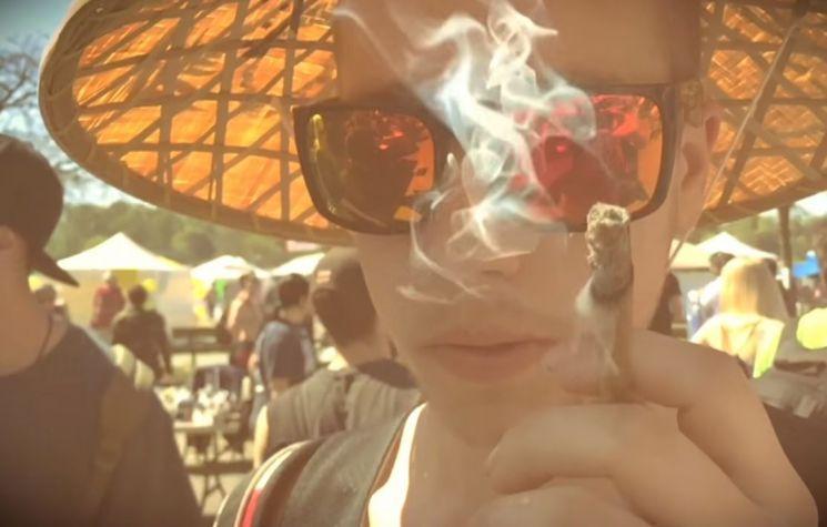 마리화나 축제에 참가해 현장에서 마리화나를 피우는 사람. [사진=유튜브 화면캡처]