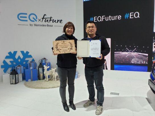 여은영(왼쪽), 김현 스쿨버스 공동대표가 '커넥티드카 스타트업 해커톤'에서 우승한 뒤 기념촬영을 하고 있다.