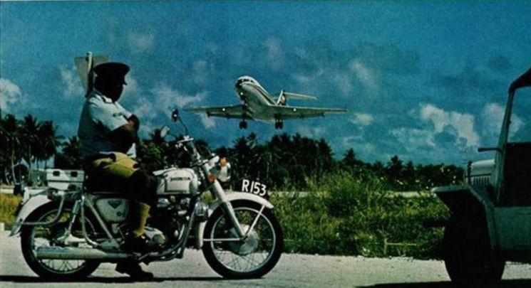 1980년대 자가용 비행기로 싱가포르나 하와이로 쇼핑 여행을 나갈 정도로 부를 과시했던 나우루는 부의 원천이던 인광석이 고갈되자 순식간에 빈국으로 전락하고 말았다. 사진은 당시 나우루에서 이륙하는 자가용 비행기의 모습.