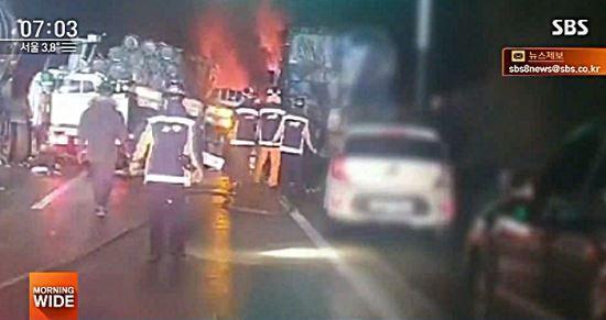 14일 오전4시41분께 상주-영천고속도로 상·하행선에서 연쇄 추돌사고가 발생했다. / 사진=SBS 방송 캡처