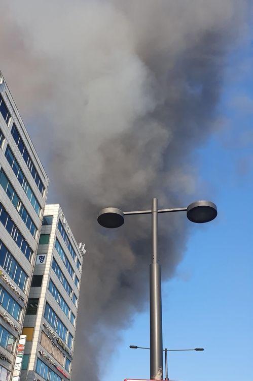 14일 오전 경기도 고양시 일산동구의 한 여성병원에서 불이 나 연기가 일대에 퍼지고 있다. / 사진=연합뉴스
