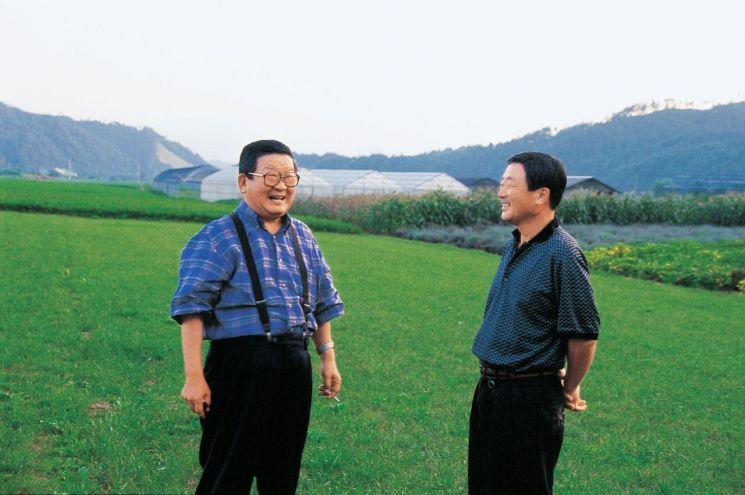 구자경 명예회장(왼쪽)과 고 구본무 회장(오른쪽) 이 담소하고 있는 모습.