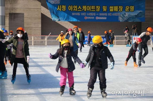 광주시 야외스케이트장과 썰매장이 14일 올해 첫 개장했다.   광주광역시청 앞 문화광장 야외스케이트장에서 시민들이 겨울스포츠를 즐기고 있다. 스케이트장은 내년 2월 9일까지 운영되며 입장료는 1000원이다.