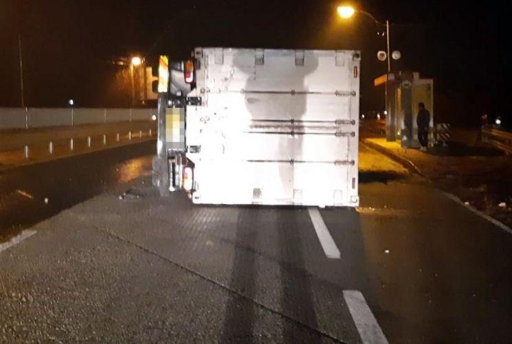 14일 오전 충북 지역 도로 곳곳에서도 '블랙 아이스'로 인한 교통사고가 잇따랐다. [이미지출처=연합뉴스]