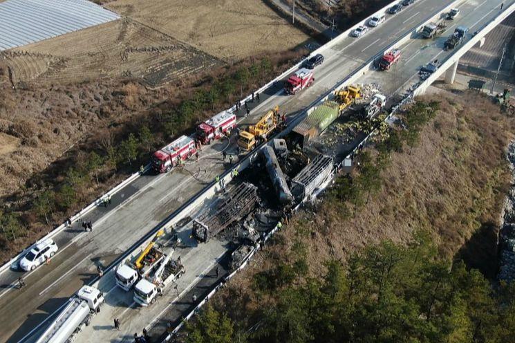 14일 상주-영천고속도로 상·하행선에서 발생한 다중 추돌사고 현장(사진=연합뉴스)