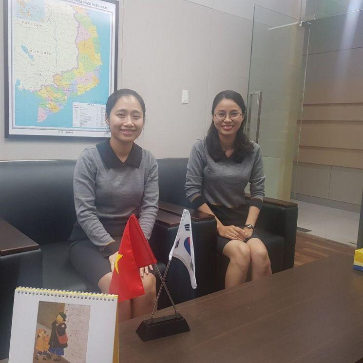 KB국민은행 하노이 지점에 근무 중인 현지 직원들