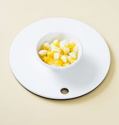 1. 달걀을 끓는 물에 13분 정도 삶아 찬물에 식힌다. 껍질을 벗기고 큐브 모양으로 썬다.  (Tip 달걀 2개를 삶을 때에는 물 3컵-4컵에 달걀이 잠길 정도 넣고 삶으면 된다.)