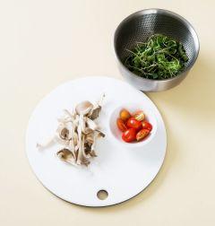 3. 방울토마토는 4등분하고 느타리버섯, 샐러드 채소는 씻어 물기를 뺀다. 느타리버섯은 손으로 먹기 좋은 크기로 찢어서 센 불에 볶아 소금과 후춧가루로 간을 한다.