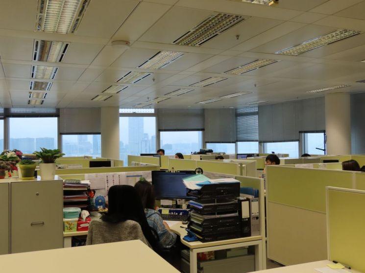 글로벌 은행들이 밀집한 홍콩 IFC(International Finance Centre)에 위치한 KDB홍콩 사무실. 한국에서 파견 나온 직원들과 홍콩 출신 직원들이 뒤섞여 한창 일하고 있다.