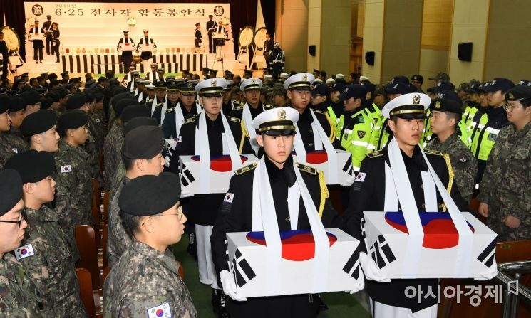 18일 서울 동작구 국립서울현충원 현충관에서 열린 6·25 전사자 발굴 유해 합동 봉안식에서 의장대가 전사자들의 영현을 봉송하고 있다./김현민 기자 kimhyun81@