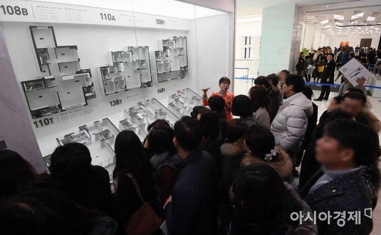 수도권 한 분양단지 견본주택이 방문객들로 붐비고 있다./김현민 기자 kimhyun81@
