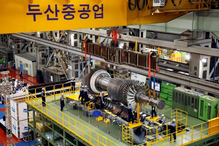 두산중공업이 지난해 9월 개발한 발전용 대형가스터빈 모델(H급, 270MW) 설치 모습.(사진제공=두산중공업)