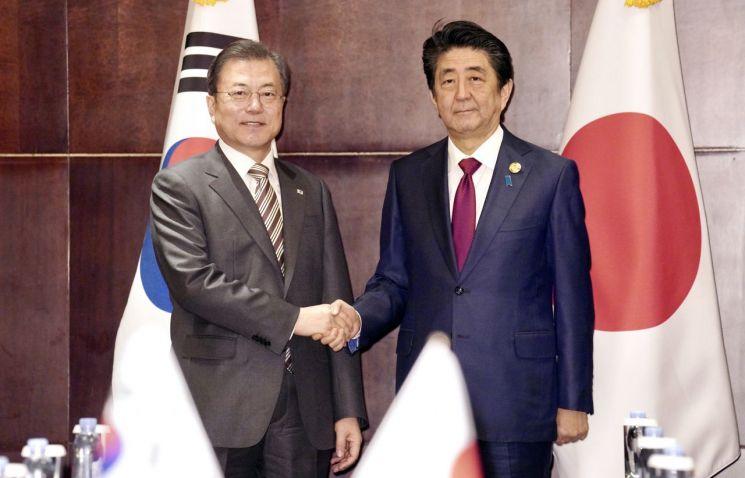 문재인 대통령과 아베 일본 총리가 지난해 12월24일(현지시간) 중국 쓰촨성 청두 세기성 샹그릴라호텔에서 악수를 나누고 있다. [이미지출처=연합뉴스]