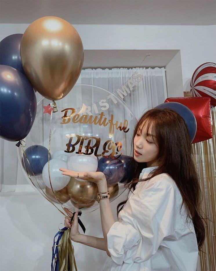 배우 이성경이 크리스마스 파티 사진을 공개했다.