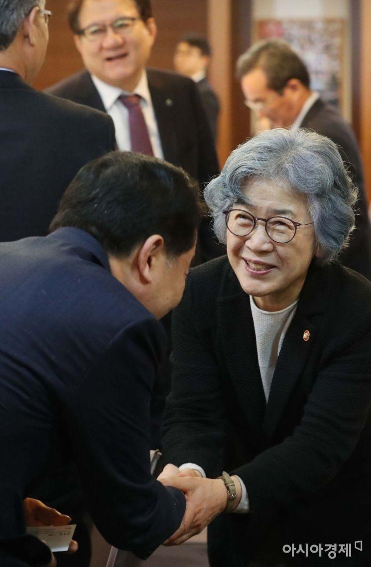 악수하는 이 중 오른쪽이 박은정 국민권익위원회 위원장. /문호남 기자 munonam@