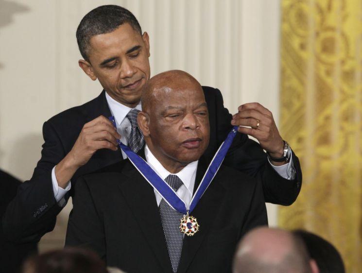 버락 오바마 미국 대통령이 지난 2011년 2월 15일 존 루이스 하원의원에게 자유의 메달을 걸어주고 있다. [이미지출처=AP연합뉴스]
