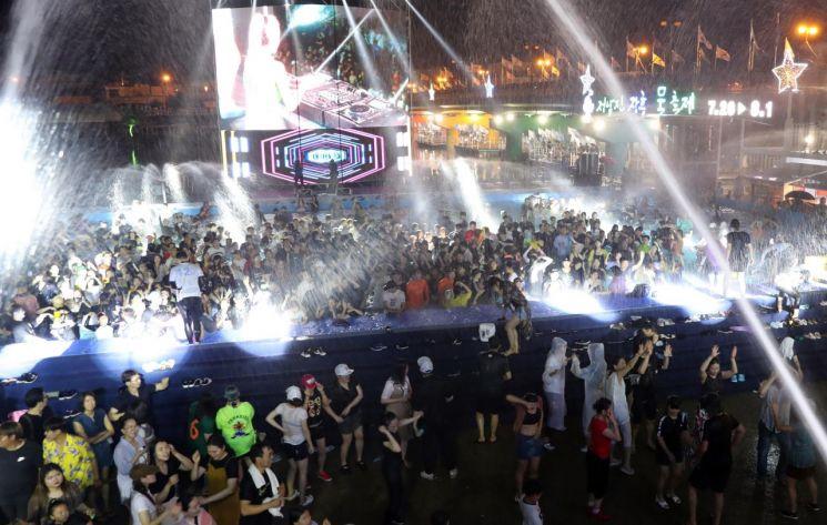 지난 7월 전남 장흥군 장흡읍 일대에서 참가자들이 정남진 장흥 물축제 를 즐기고 있다.  (사진제공=장흥군)