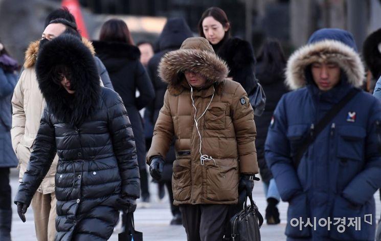영하 10도 안팎의 세밑 한파가 몰아친 31일 서울 광화문 네거리 인근에서 두터운 옷차림을 한 시민들이 출근길 발걸음을 재촉하고 있다./김현민 기자 kimhyun81@