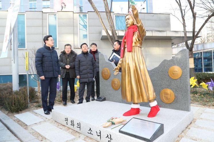 [포토]채현일 영등포구청장, 평화의 소녀상 환경정비 현장 방문