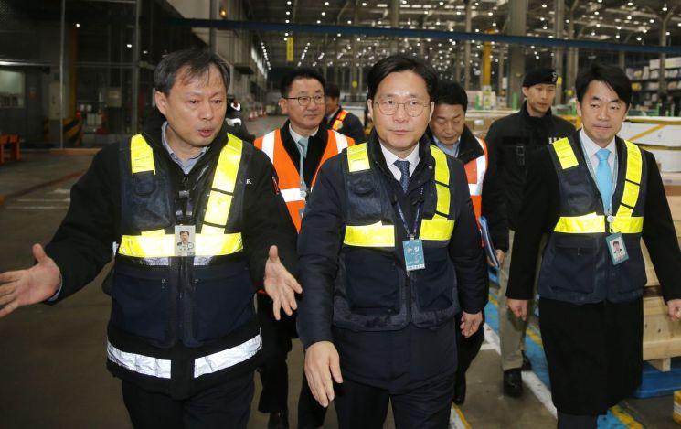 앞줄 가운데가 성윤모 산업통상자원부 장관. 사진은 지난 1일 인천공항 대한항공 화물터미널 수출현장 방문 모습.(사진제공=산업통상자원부)