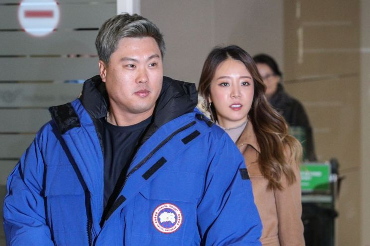 30일, 토론토로 정식 입단한 류현진이 아내 배지현과 함께 입국했다.