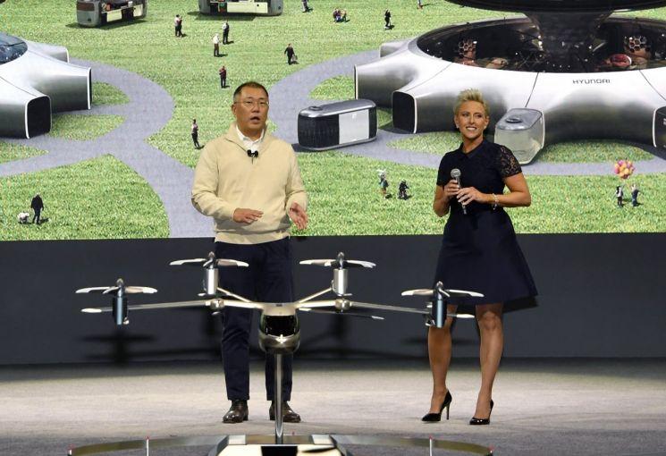 올해 초 정의선 현대차그룹 수석부회장(사진 왼쪽)이 미국 라스베이거스 만달레이베이 컨벤션센터에서 열린 CES 2020에서 인간 중심의 역동적 미래도시 구현을 위한 혁신적 미래 모빌리티 비전을 공개하는 모습./사진=현대차