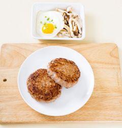 6. 달군 팬에 햄버거 패티를 얹고 밥, 버섯볶음, 달걀 프라이를 곁들인다.