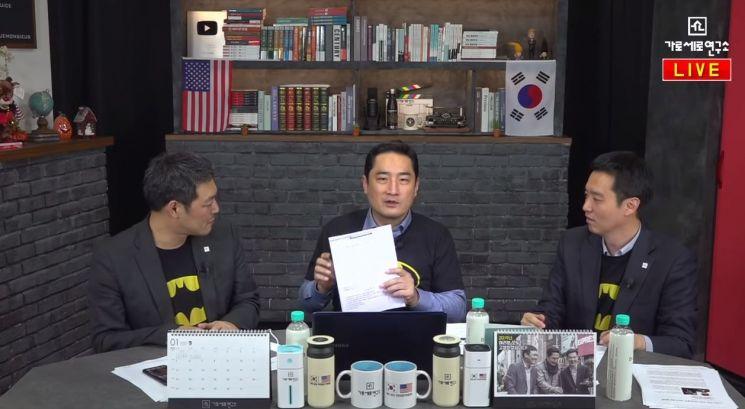 유튜브 채널 '가로세로연구소' 김용호(좌), 강용석(가운데), 김세의(우)/사진=유튜브 '가로세로연구소' 방송 화면 캡처
