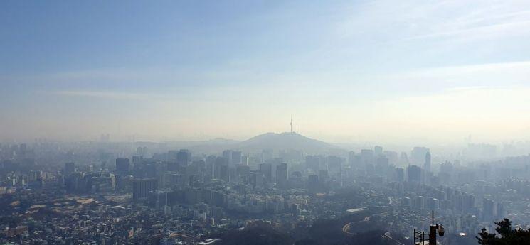 지난 5일 서울 도심 인왕산에서 바라본 서울 시내가 뿌옇다. / 사진=연합뉴스