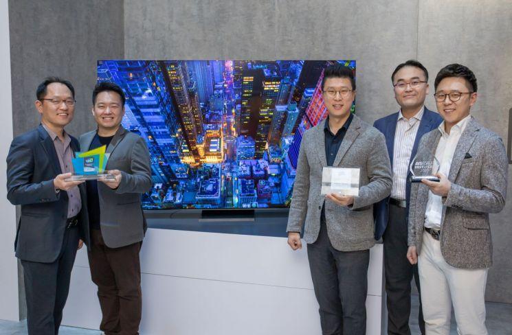 삼성전자 개발·기획 담당자들이 2020년형 QLED 8K가 수상한 CES 혁신상과 현장 어워드 상패를 들고 기념촬영을 하고 있다.