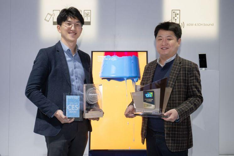 삼성전자 개발·기획 담당자들이 2020년형 더 세로가 수상한 CES 최고 혁신상과 현장 어워드 상패를 들고 기념촬영을 하고 있다.