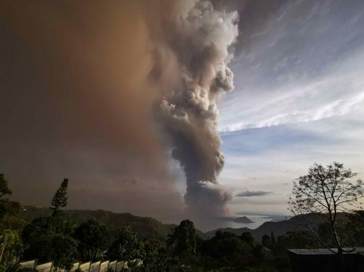 필리핀 수도 마닐라에서 남쪽으로 65㎞가량 떨어진 섬에서 12일 탈 화산이 폭발해 화산재가 발생한 모습(마닐라 EPA=연합뉴스)