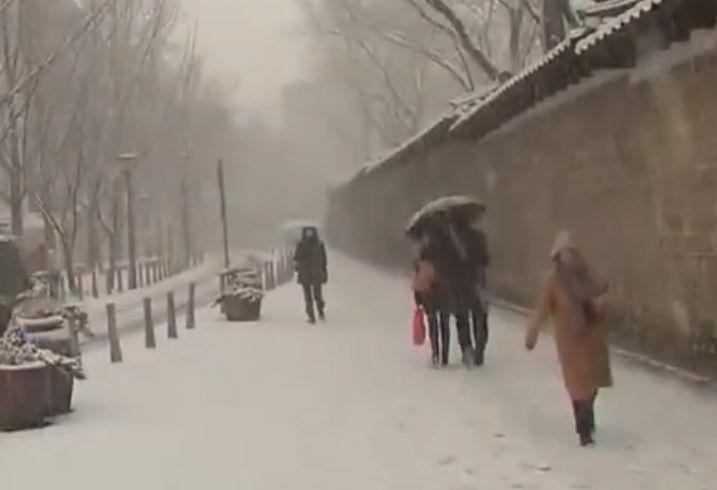 요즘은 겨울에 내리는 눈과 비는 무조건 피부에 닿지 않도록 해야 합니다. 작은 우산으로 서로를 씌워주며 온기를 나누고, 내리는 눈을 입으로 받아먹던 시절은 옛추억 속에 남아있는 한 장면일뿐 입니다. [사진=유튜브 화면캡처]