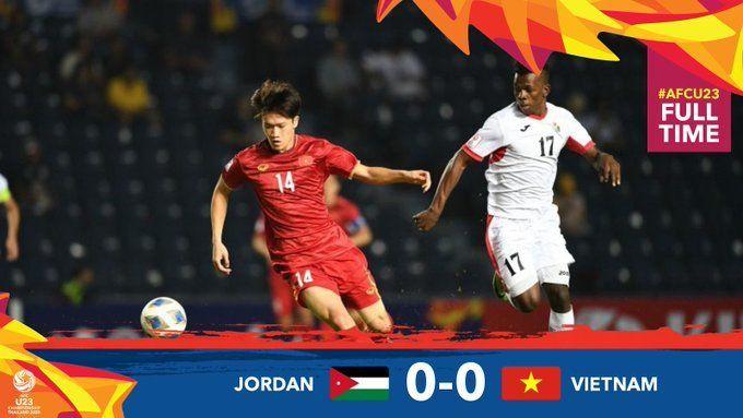 2020 아시아축구연맹(AFC) U-23 챔피언십 경기서 볼 경합을 치루고 있는 베트남 황 득(좌)과 요르단 아부리지크(우). 경기는 0-0으로 비겼다./사진=AFC 제공