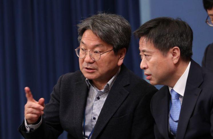 강기정 청와대 정무수석(왼쪽) [이미지출처=연합뉴스]
