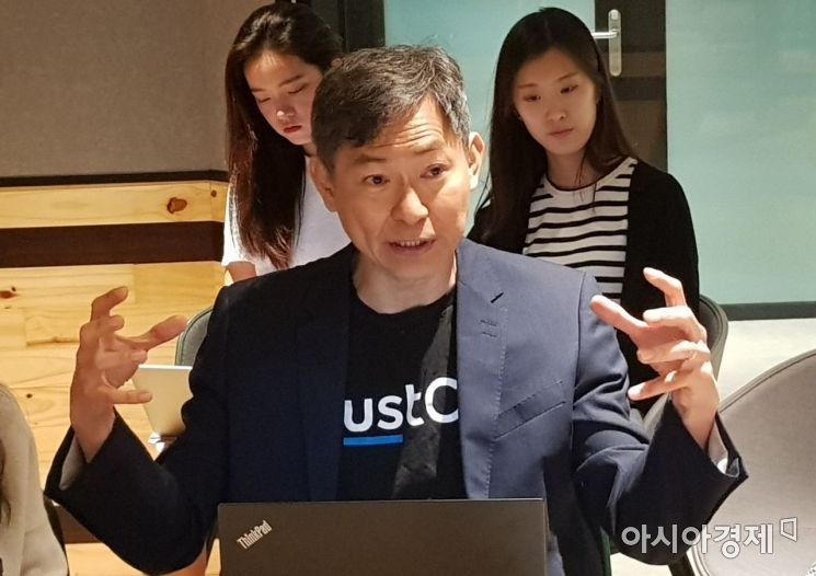 싱가포르 공유오피스 업체 저스트코의 앤디 심 혁신부문 부사장이 13일 싱가포르 저스트코 마리나스퀘어점에서 기자와 만나 사업 전략을 설명하고 있다.