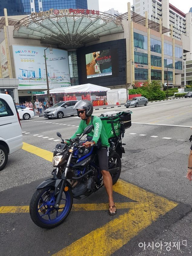 14일 싱가포르 차이나타운 일대에서 한 그랩 드라이버가 음식 배달을 하고 있다. 우버와 같은 차량공유(카풀) 등 모빌리티에서 시작한 그랩은 금융, 음식배달 등 다양한 분야로 서비스 영역을 넓혀가고 있다.