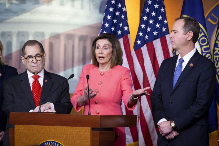 낸시 펠로시 미 하원의장이 15일 기자회견을 통해 도널드 트럼프 미국 대통령 탄핵소추위원 명단을 발표하고 있다. [이미지출처=EPA연합뉴스]