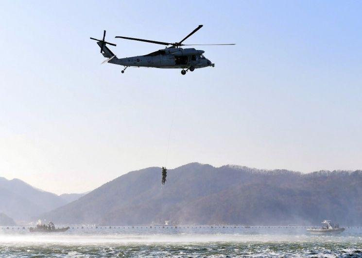 [양낙규의 Defence Club photo]얼음 바다 속 해군 최강자 SSU의 훈련