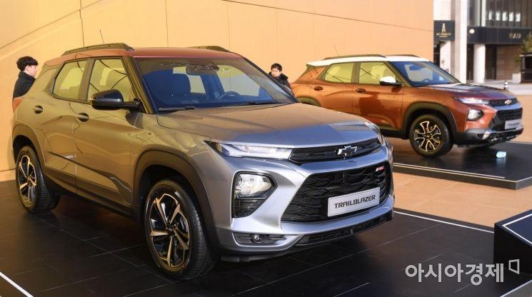 한국GM이 스포츠유틸리티(SUV) '트레일블레이저(Trailblazer)'를 공개하고 사전계약에 돌입했다. 16일 인천 영종도 파라다이스 시티에서 열린 미디어 쇼케이스에서 관계자가 신차를 공개하고 있다. 트레일블레이저는 쉐보레의 소형 SUV 트랙스와 중형 SUV 이쿼녹스 사이의 모델로 감각적인 디자인과 GM의 차세대 파워트레인 기술을 비롯한 첨단 안전사양과 편의사양이 대거 적용됐다./영종도=김현민 기자 kimhyun81@