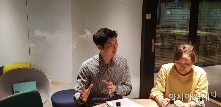 민호건 싱가포르 난양공대 에너지연구소(ERI@N) 혁신 부문 매니저(왼쪽)가 13일 싱가포르 저스트코 마리나스퀘어점에서 아시아경제와 만나 정부의 창업 육성 정책을 설명하고 있다.