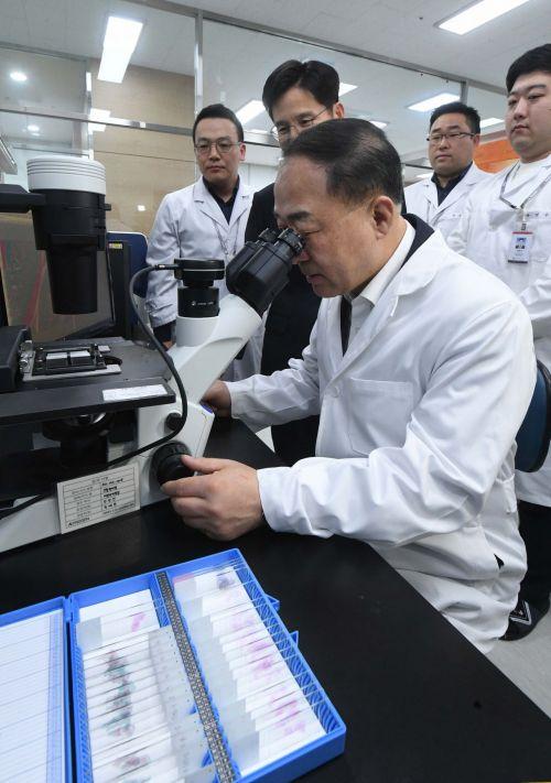 홍남기 부총리 겸 기획재정부 장관이 16일 경기 성남시 소재 바이오산업 벤처기업인 에이프로젠을 찾아 현미경으로 쥐의 무릎관절을 살펴보고 있다. 항체신약과 동등생물의약품(바이오시밀러)을 연구·생산하는 에이프로젠은 임직원 371명, 자산총액 3742억 원인 국내 11번째, 바이오 분야에선 첫 유니콘기업이다. 홍 부총리는 전날 혁신성장 전략회의에서 '바이오산업 혁신 정책방향 및 핵심과제', '바이오헬스 핵심규제 개선방안'을 확정한 것을 계기로 이곳을 찾았다./성남=강진형 기자aymsdream@