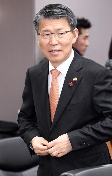 은성수 금융위원장이 16일 서울 종로구 정부서울청사에서 열린 저축은행업계 CEO 간담회에 참석하고 있다./김현민 기자 kimhyun81@