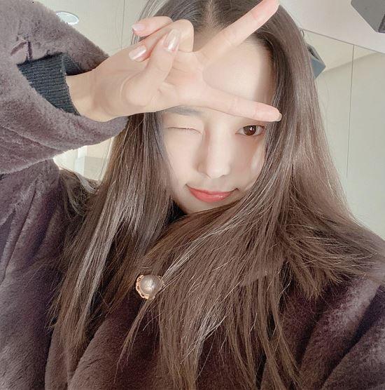 아이돌 그룹 CLC 멤버 예은이 사진을 찍고 있다 / 사진=예은 인스타그램 캡처