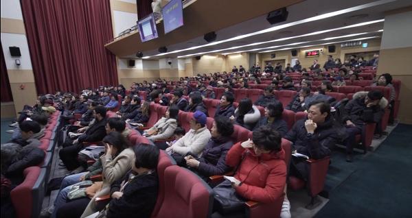 동남빌라 재건축사업설명회를 듣고 있는 주민들