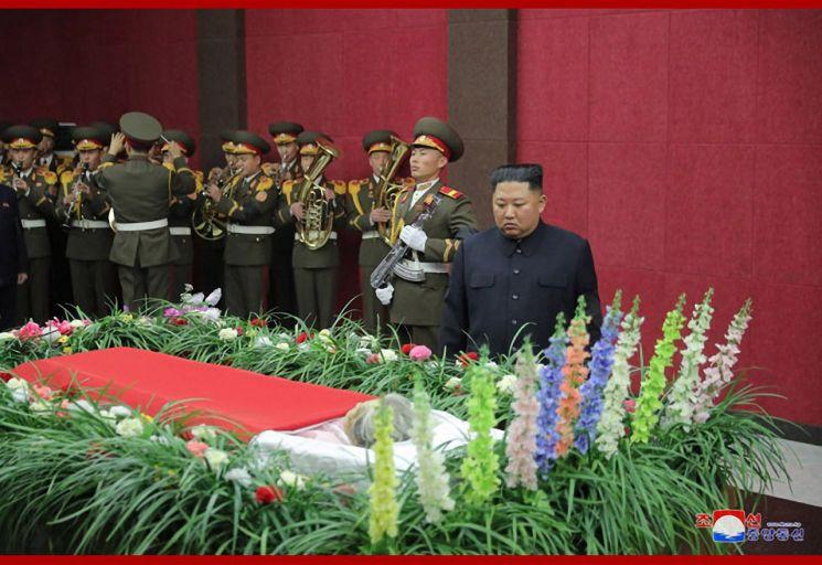 김정은 북한 국무위원장이 지난 17일 할아버지 김일성 주석과 항일투쟁을 함께한 '혁명 1세대' 황순희의 빈소를 직접 방문해 조의를 표했다고 조선중앙통신이 18일 전했다. 김 위원장이 황순희 관장의 영구를 보고 있다.