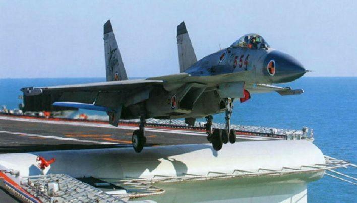 중국 항공모함의 함재기인 J-15 전투기의 모습. 무장 후 총 중량이 33톤(t)에 이르는 무거운 전투기로 사출기가 없는 산둥함 활주로에서 이륙을 하기 위해서는 연료와 무기탑재가 매우 제한될 것으로 분석된다.[이미지출처=중국 국방부 홈페이지/www.mod.gov.cn]