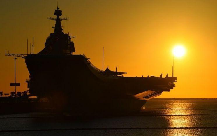 지난달 17일 취역한 중국의 첫 국산 항공모함 산둥함의 모습. 랴오닝함을 개량해 독자 건조했다고 하지만 실제 전력으로 쓰기에는 여전히 많은 한계점을 노출했다는 평가를 받고 있다.[이미지출처=중국 국방부 홈페이지/www.mod.gov.cn]