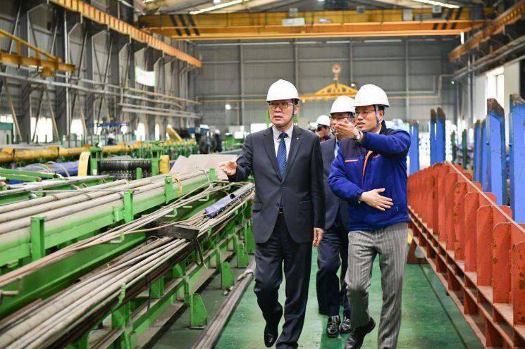 이대훈(왼쪽) NH농협은행장이 지난 17일 경주 천북산업단지에 위치한 국제희토류금속을 찾아 장준호 대표와 함께 공장 내부를 둘러보고 있다.